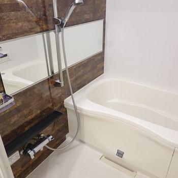 横長ミラーのゆっくり落ち着けそうなお風呂。浴室乾燥機も付いています◎
