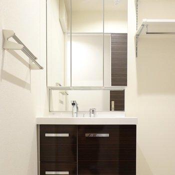 脱衣所に入ると正面に大きな鏡の洗面台!朝の身支度がちょっぴり素敵に。