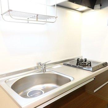 広いシンクに調理スペースもしっかり。水切り棚もあって、食器の乾燥もラクにできます◎