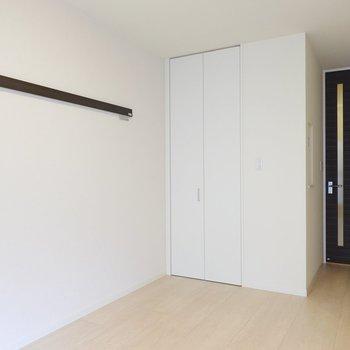 こちらの壁にはフック付きのピクチャーレールとクローゼット。