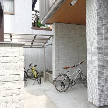 エントランス横には屋根付きの駐輪場も。
