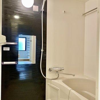 浴室は乾燥機付き。ブラックで落ち着いています。
