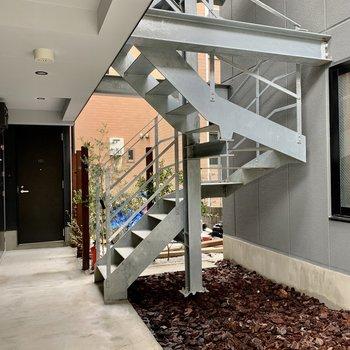3階までは階段移動です。