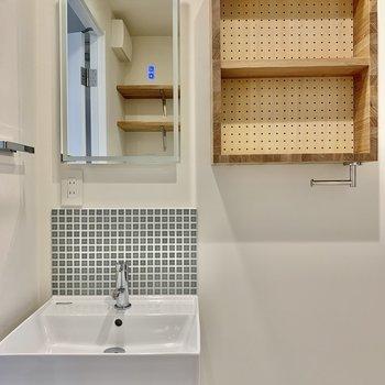 洗面台のライトは三種類。鏡へタッチ式です。