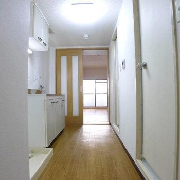 洗濯機置き場は玄関手前に。(※写真は2階の反転間取り別部屋のものです)