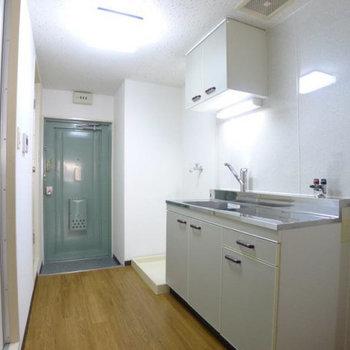 キッチンや水回りは廊下に。(※写真は2階の反転間取り別部屋のものです)