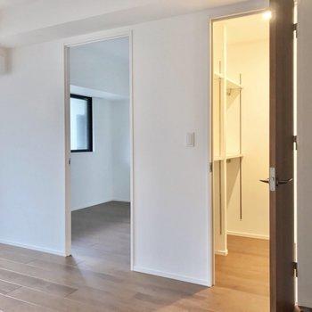 リビングの隣にウォークインクロゼットと4.9帖の洋室。(※写真は2階の同間取り別部屋のものです)