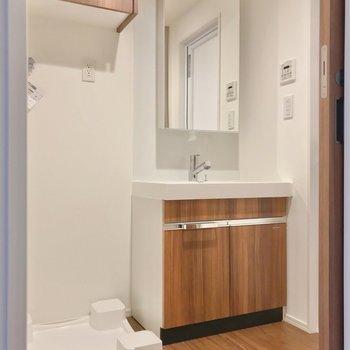 収納たっぷり。大きな洗面台で朝の支度もラクラクです。(※写真は2階の同間取り別部屋のものです)