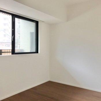 4.9帖の洋室の窓も東向き。大きなベッドも置けますよ。(※写真は2階の同間取り別部屋のものです)