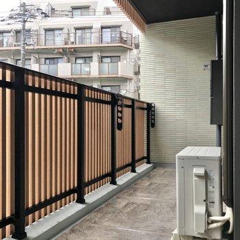 バルコニーもゆったりと。木の温かみがある柵も素敵でした。(※写真は2階の同間取り別部屋のものです)
