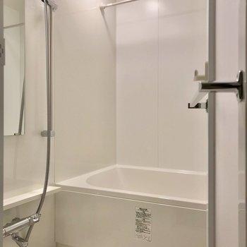 お風呂には追焚機能・浴室乾燥機付きでいつでも快適。(※写真は2階の同間取り別部屋のものです)