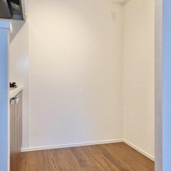 冷蔵庫や食器棚を置くスペースもしっかり。(※写真は2階の同間取り別部屋のものです)