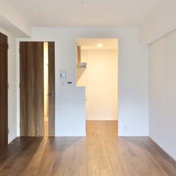 キッチンは扉の隣に。独立したかたちなので、お料理に集中できます。(※写真は2階の同間取り別部屋のものです)