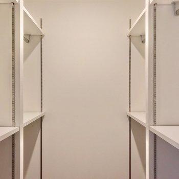 サイドに可動棚とハンガーポールがあるので、しっかり片付きそうです◎(※写真は2階の同間取り別部屋のものです)