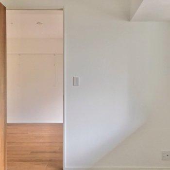 扉の横に小さなデスクを置いて、作業するのもよし。(※写真は2階の同間取り別部屋のものです)