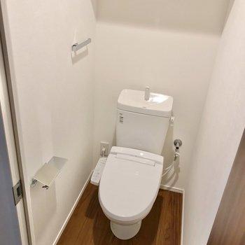 トイレはウォシュレット付き。上には扉付きの棚もあります。(※写真は2階の同間取り別部屋のものです)
