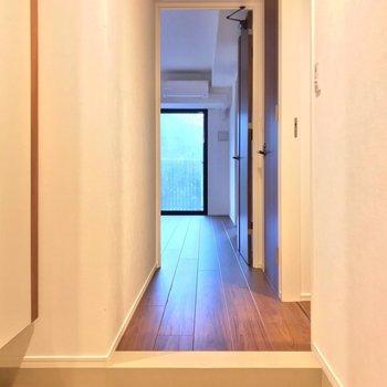 玄関入って正面にリビング。(※写真は2階の同間取り別部屋のものです)