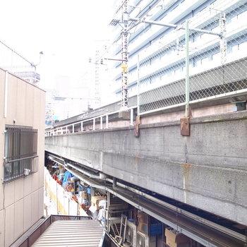 眺望はすぐそばにある線路。高架下は飲食店の裏側に。