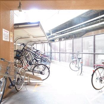 【共用部】駐輪場は建物の裏手です。