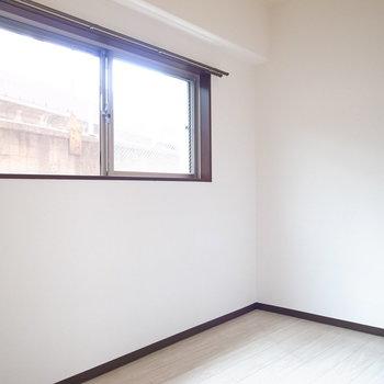 【洋室】壁に沿ってベッドを置き、シンプルにまとめられれば狭さもやわらぎます。