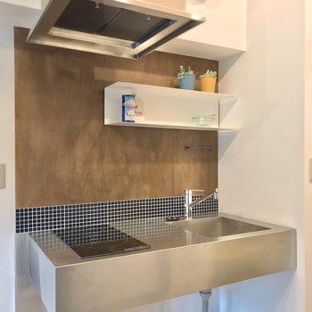 キッチンの前には合板になっています。コンロは2口コンロで使いやすいです!(※写真の小物は見本です)