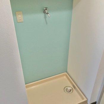 向かいには洗濯機置場。棚もあって使いやすい!