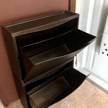 シューズボックスは簡易なもの。そのまま並べても、別にシューズラック置いてもよさそうです。