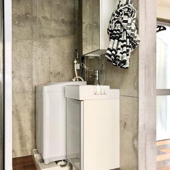 スリムな洗面台。水回りはカーテンで隠せるようになってます。