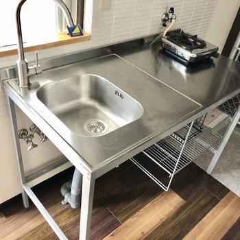 キッチンはステンレスです。作業スペースもあるから安心!