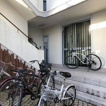 自転車は平置きです。