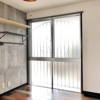 こちらの窓は開けると共用廊下。