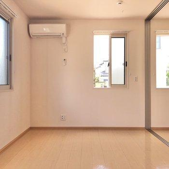 【洋室】腰窓になっていて、インテリアも設置しやすいです。