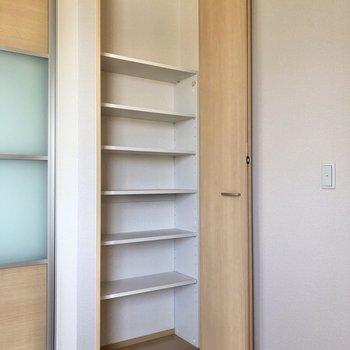 【洋室】左側の収納は棚付き。