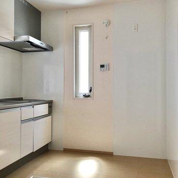 【LDK】キッチン前はゆったりスペース。