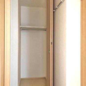 廊下にも背の高い収納付き。
