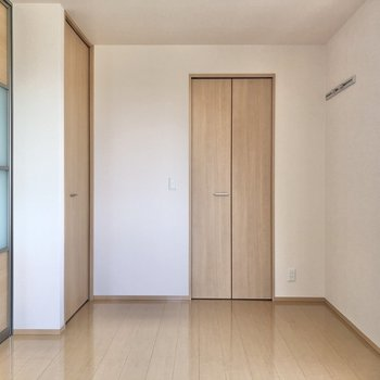 【洋室】右の壁のフックにはコート類を掛けておくと便利です。