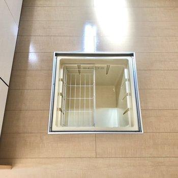 【LDK】足元には床下収納。備蓄などを入れられます。