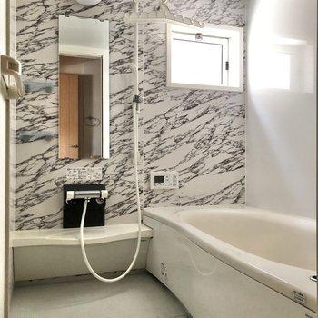 小窓付きの広々お風呂。