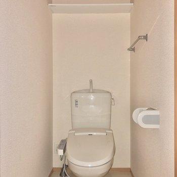 上部に洗剤などを置いておけます。※写真はフラッシュを使用しています。