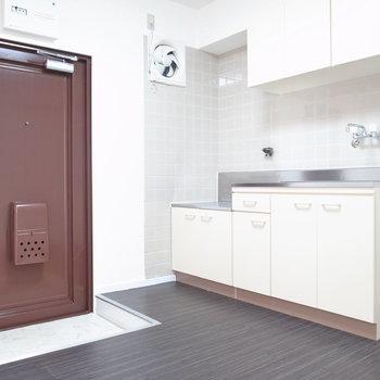 キッチンと玄関がとなりあった形です。シューズボックスはありませんでした。広さ自体は問題なさそう!