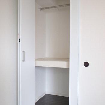 【洋室6.5帖】下の段に収納ボックスを追加して、さらに使い勝手よく。