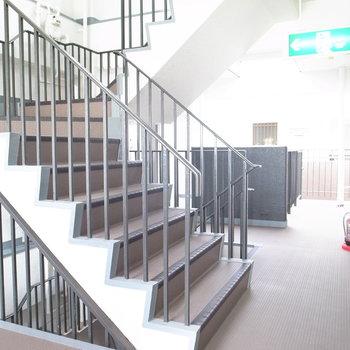 【共用部】こちらの階段を上ってきたら、左手にお部屋があります。