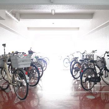 【共用部】そのまま奥へ進むと駐輪場とバイク置き場になります。