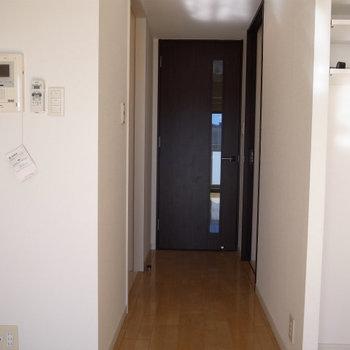 キッチンは廊下の端っこに(※写真は9階の反転間取り別部屋のものです)