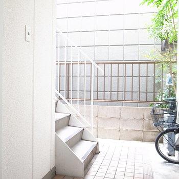 【共用部】オートロックを抜けるとすぐ階段です。