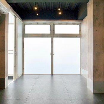 左右のコンクリート、上下の漆黒。そして目の前は白くかがやく窓。