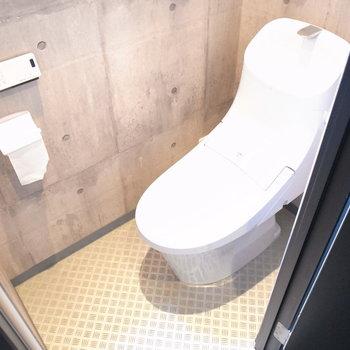 トイレの壁だってコンクリート!ウォシュレットつきです。