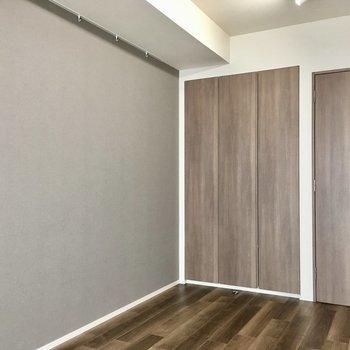 こっちの壁にはフックがあり、絵や時計が飾れます。※写真は7階の同間取り別部屋のものです