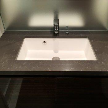 小物は鏡裏に収納して、水回りはスッキリさせたい。※写真は7階の同間取り別部屋のものです