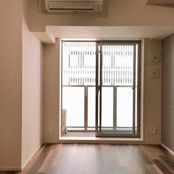 居室に入ると…エアコン付き。※写真は7階の同間取り別部屋のものです